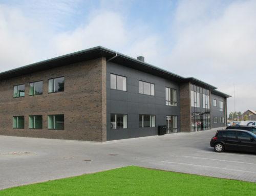 Stort kontorhus med fællesfaciliteter